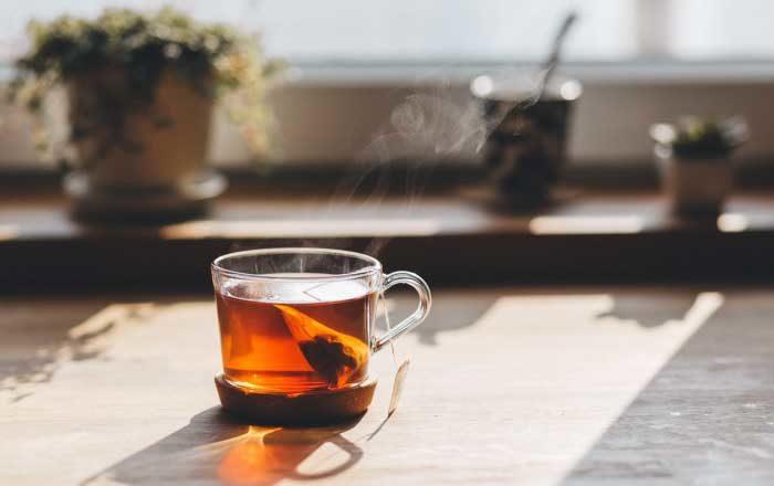 bei ceai dimineața