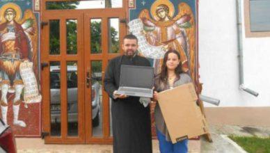 Preotul care oferă în dar laptopuri