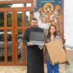 Preotul care oferă în dar laptopuri şi vacanţe copiilor buni la învăţătură